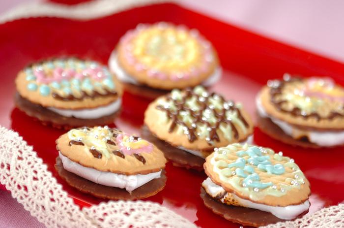 市販のクッキーに買ってきたマシュマロを挟んだだけ。デコレーションしたらこんなにかわいいスイーツが簡単にできちゃいました。マシュマロはちょっと火であぶってやわらかくしています。デコはあなたのセンスでどうぞ♡