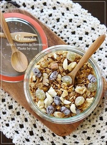 オーブンがなくても、フライパンで簡単にグラノーラがつくれます。先にナッツを香ばしく炒めてから、オートミール、押し麦を入れるのがポイント。こちらのレシピでは、黒砂糖で甘みをつけ、さらにきな粉も入ってとってもヘルシー♪