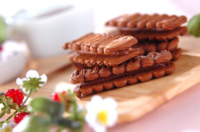 """クッキーはココアパウダーを入れて焼く。形がオシャレですよね。挟んでいるのは""""紅茶ガナッシュ""""。紅茶を煮出したものにチョコと生クリームをあわせた濃いーいクリーム!その組み合わせでおいしくないはずない♪"""