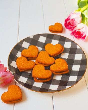 クッキーは塩味のきいたチーズ味。そこにあまーいチョコクリームを挟んであります。生地はフードプロセッサーで、クリームは板チョコをレンジでチンしてお手軽に作ったもの。塩味と甘味がマッチしたたまらない味◎