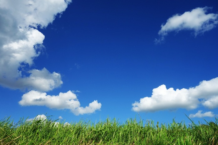 書くことが見当たらない時は、定番トピックの天気から書きはじめるのがおすすめです。 例えば、晴れの日を表現するとしても「sunny(晴れている)」だけでなく「humid(蒸し暑い)」や「warm(暖かい)」「dry(乾燥している)」など他の単語も使って表現してみましょう。