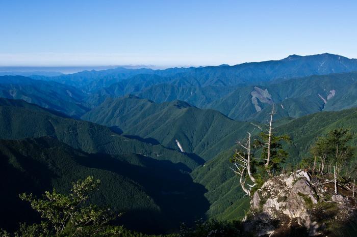 和歌山県は紀伊山地の奥深く、奈良県との県境付近に連なる標高1000m前後の山々。平安時代のはじめ、弘法大師空海はこの地に真言密教の修行場を開創しました。以来1200年間、高野山は比叡山と並ぶ日本仏教の聖地として人々の信仰を集めています。