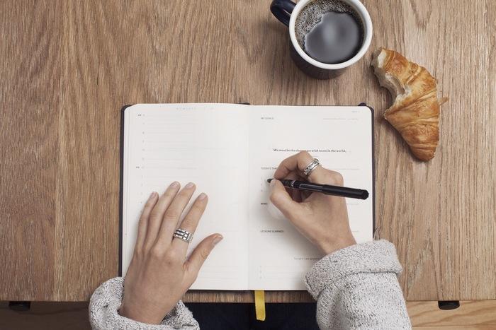 通常の手帳としても使える「英語手帳」はアメリカで日常的に使われている単語や英語の名言が記載されているので、手帳を開くだけで英語に触れることができます。日記だけでなく、スケジュールも英語で書く習慣がつきそうですね。