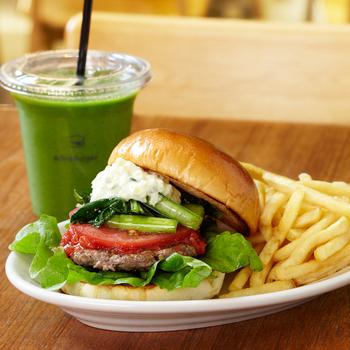 この野菜たっぷりでヘルシーなハンバーガーとスムージー、女性なら好きな雰囲気じゃないですか? 新宿駅西口から徒歩5分にあるバーガーショップ「the 3rd Burger」の、その名も「the 3rd Burger」です。ジューシーなハンバーグに小松菜のマリネ・フレッシュトマトをわさび入りのタルタルソースで味付けしています。こちらで税込594円と、グルメバーガーの中では、ロープライスが嬉しいです。