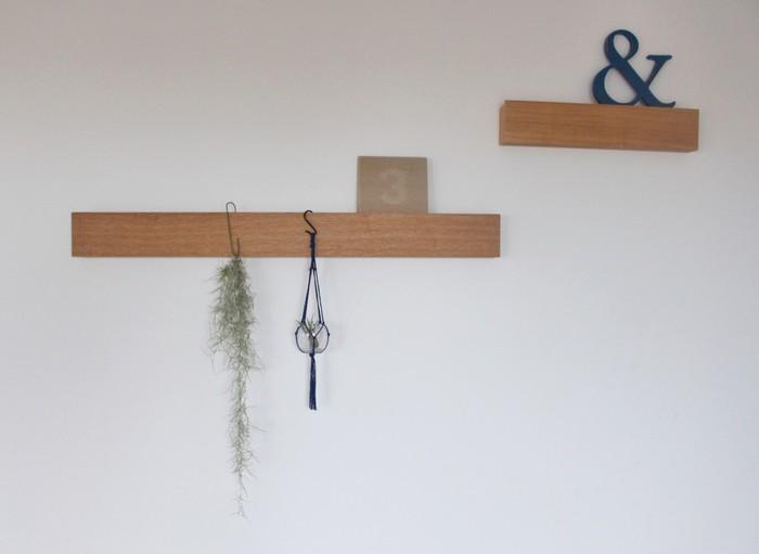 カーテンレール以外には、長押や鴨居、梁などに吊るすのもアリ。こちらは無印良品の「壁につけられる家具」長押タイプ。