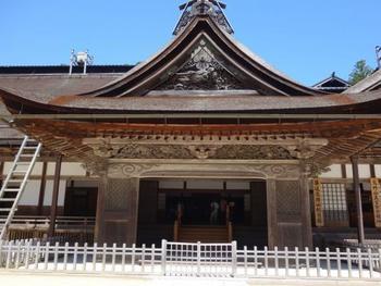 荘厳な作りの高野山全体の本堂ともいえるお寺。豊臣秀吉にゆかりのある青巖寺と興山寺を合併し、明治時代に金剛峰寺と改称されました。