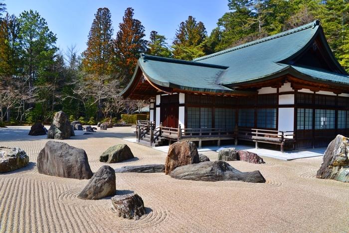 見事な襖絵や、日本最大級の石庭を見学することができます。