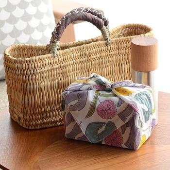 50㎝×50㎝というちょっと大判サイズ。お弁当を包むのにも十分な大きさです。スカーフとして使ってもおしゃれだし、お部屋でクロスとして使っても素敵なインテリアになります。