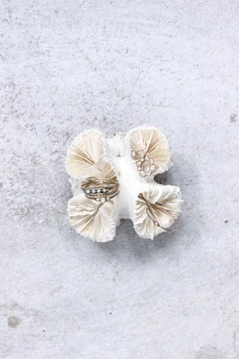 Dropシリーズは「静寂の中、刻々と岩から染み出す雫」がイメージされています。確かに、小さなパールやダイアモンドが、まるで花びらについた朝露の雫のようですね。細やかで女性らしさのあるシリーズです。