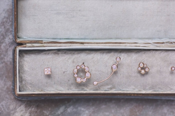 もうひとつのブランド「Lys ligne」の、こちらはTwinkleシリーズ。小さなダイアモンドがフォルムの中で隠れているかのように埋め込まれたデザインです。 ひとつひとつ、すべて違うかたちで、丸みのあるフォルムが温もりが感じられる、とってもかわいいピアスですね。