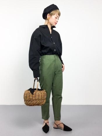 ミリタリーパンツにタイプライターシャツを合わせた、大人カジュアルコーディネート。黒×カーキは、辛口なハンサムスタイルに仕上がりますね。