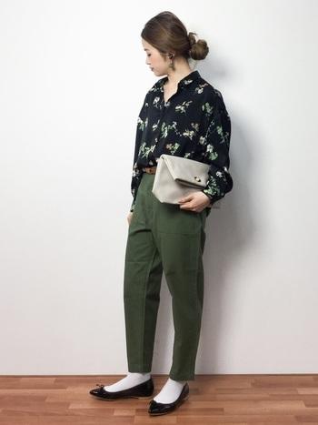 春らしいフラワープリントシャツとミリタリーパンツを合わせたスタイリング。足元は、フラットシューズ+ソックスでちょっぴりレトロな着こなしです。