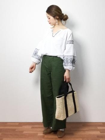 ガーリーなバルーンスリーブの刺繍ブラウスと、クールなミリタリーパンツの甘辛コーディネート。ゆったりとしたトップスもボトムスINですっきりと着こなしています。