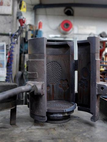 1988年、ヌータヤルヴィはフィンランドのリビングウェアブランド「Iittala(イッタラ)」社と合併し、フローラシリーズも1991年まで生産販売されましたが、その後は残念ながら廃盤に。復刻版も限定的に販売されたものの、ほとんどはマウスブローではなく機械による生産だったようです。