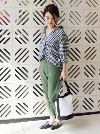 足首が見えるクロップド丈のミリタリーパンツはフェミニンな印象です。オーバーサイズのシャツは、ボトムスIN&ボタンを開けてスキッパー風に着こなすのがポイント。