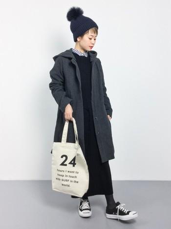 カジュアル感が楽しめるフード付きコートは比翼仕立てですっきりしたデザイン。他のアイテムもベーシックなものを選んで色味を揃えれば冬のシンプルコーデの出来上がりです。