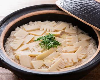 肌寒くなると食べたくなるのが、ホカホカ炊き込みご飯。 炊飯器でもいいけれど、一度土鍋もチャレンジしてみて。 蓋を開ければ、たちのぼる湯気がもう美味しい! 一粒一粒立ったお米に味がじっくり染み込んで、きっとやみつきになることうけあい。鍋底おこげも楽しみですね♪