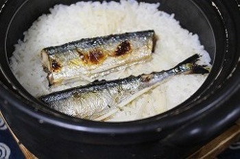 いつもの塩焼きもいいけれど、秋刀魚好きなら試して欲しい。香ばしい秋刀魚の脂がご飯に馴染んで・・・おかわり必至の秋の幸せ。 サンマはあらかじめ焼いてから入れるので、生臭くありません。