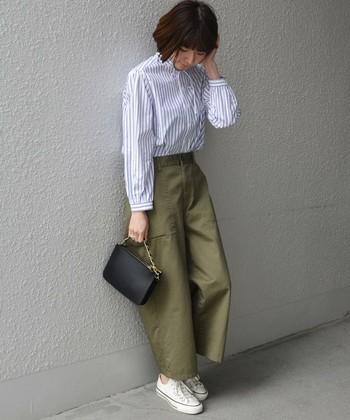 ワイドシルエットなミリタリーパンツに、スニーカーとストライプシャツを合わせたマニッシュなコーディネート。足首が少し見えるクロップド丈でスッキリと見え、どこか女性らしさのある雰囲気ですね。