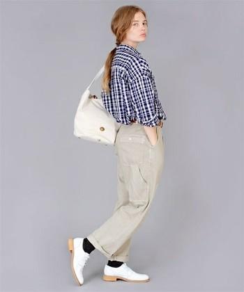 ミリタリーパンツは、陸軍の軍服デザインを参考にした、厚くて丈夫な綿布で作られているパンツのこと。カラーは、定番のカーキの他、くすんだベージュ系などもあります。