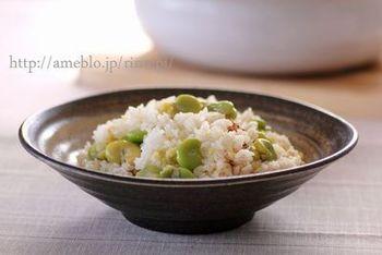 大きなそら豆がごろごろ可愛らしい。サヤも一緒に炊くことで、香り高いご飯になります。