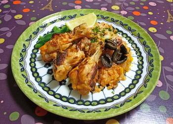 鶏の手羽元を塩麹に漬け込んで、ご飯と一緒に炊けばふっくら美味しい洋風炊き込みご飯に。お米はトマトジュースで炊いて、クミンシードも効かせれば、エスニックな味わいで新鮮!