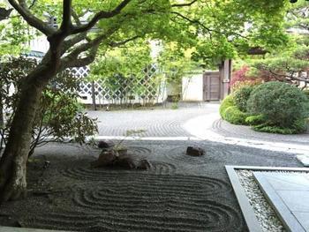 宿坊の庭園は美しく手入れされていて、眺めているだけで穏やかな気持ちになれます。素晴らしい庭園を眺めながら、静かに過ごす休日も素敵ですね。