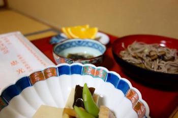 食事は、見た目も鮮やかな精進料理を堪能できます。肉や卵を一切使っていませんが、色々な種類のお料理が出るので、ボリュームは満点!