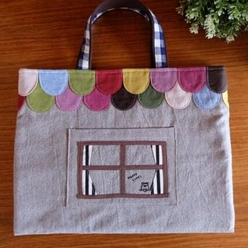 バッグ全体がくまさんのお家になっています。色もたくさん使っていますが、落ち着いたカラーで子供っぽくなりすぎず、長く使えそうなデザインです。
