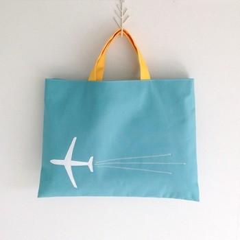 無地のバッグにも、アップリケや刺繍をすればとってもお洒落に。本体と持ち手の色を変えるのもポイントになって素敵ですね。