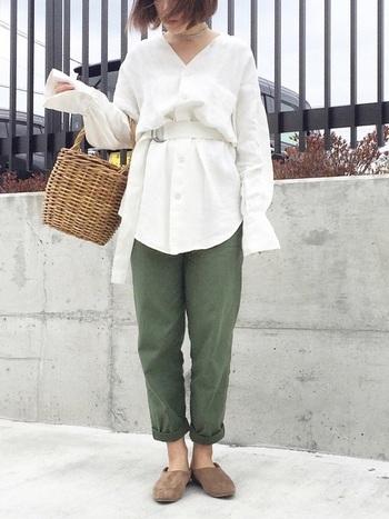 ロング丈のビッグシルエットシャツとミリタリーパンツのコーディネート。シャツをベルトでキュッと絞ると今年らしい着こなしに。足元にバブーシュを合わせるとリラックス感がプラスされますね。