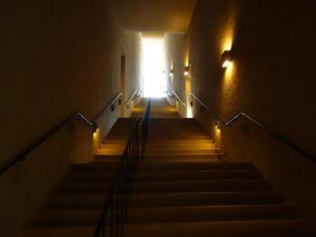 """扉を開けると、まずそこには、おや?階段ですね。目映い光に向かう階段は、4階へと続いています。このミュージアムは、""""上から下へ""""が順路です。"""
