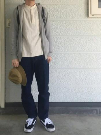 なにげなく着れる無地パーカーですが、シルエットがきっちりしているのでおしゃれにみせてくれます。