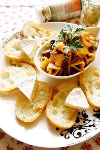 ガーリックの効いたトマト味でイタリアンに変身した『つくし』。もやしのようなシャキシャキ食感がクセになる美味しさです。