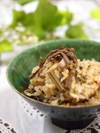山菜は素材の味を楽しみたいなら、やはり炊き込みご飯が手軽でおすすめ♪だしの香りと山菜の香りのコラボレーションを楽しみましょう。