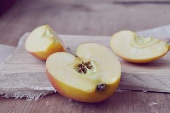 作り方も意外に簡単。 まずは、材料になるりんごを薄くスライスしていきます。 この間に、バターをレンジで温めて溶かしておきましょう。