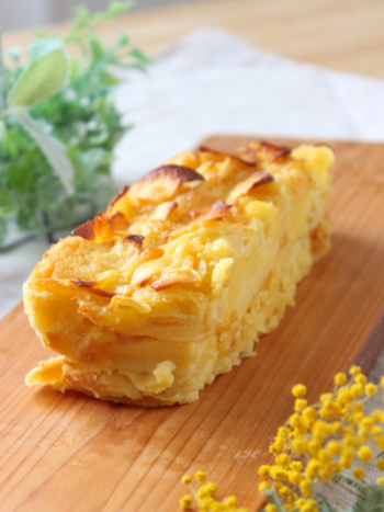あとは、生地のしみこんだリンゴをパウンドケーキの型に合わせて並べ、最後に生地を流し込むだけ。 材料をしっかりと並べて入れるのが、ガトー・インビジブルのポイントですね。オーブンで焼きあがったら完成です!