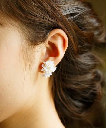 真っ白な小花が集まってできたランタナのピアス。控えめながら存在感のある耳元になりますよ。