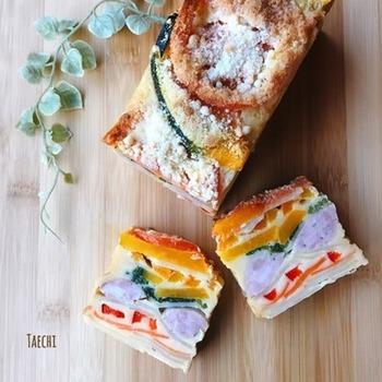 トマトにパプリカ、ほうれん草など、カラフルな野菜がたっぷりと詰まったレシピ。見た目も鮮やかで子どもたちにも喜ばれそうですね。