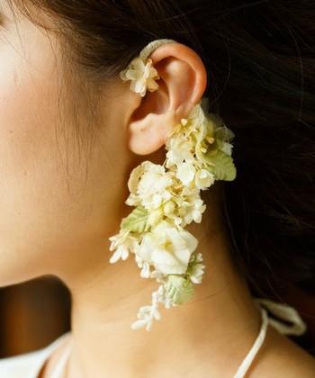 ツルリーフとお花のイヤーカフ。お花の可憐さとリーフの繊細さがランダムに散りばめられた動きのあるデザインが魅力のアイテムです。
