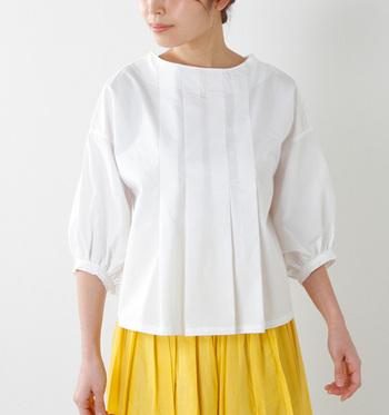 女性らしい品の良さを感じさせる、コットンの袖コンブラウス。2wayで着ることができ、その日のコーディネートに合わせてVネックにチェンジしてみても◎。シンプルだけど、しっかりと計算されたラインが美しいですね。