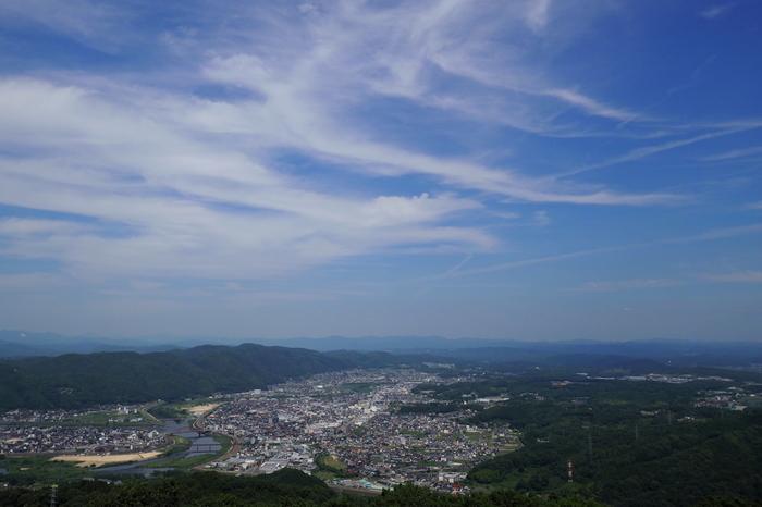 ここは雲海で人気のスポット!高野山から三次市を見下ろした景色。山と緑を目の前に、心が癒されます…。