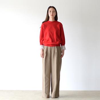 ざっくりとしたセーターの袖元から覗くカフスレースがかわいい。カジュアルさとロマンティックさの両方を合わせ持つ、一枚で着てもとってもオシャレな袖コンアイテムです。