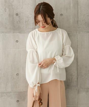『袖コン』=「袖コンシャス」とは、袖に大きく特徴のあるデザインのトップスのこと。ふんわりしていたり、長かったりと、デザインによって特徴はさまざま。