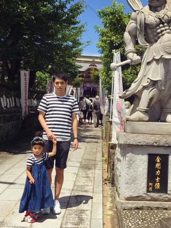 パパとおそろいコーデ♪  同じTシャツを着ているのでとてもかわいい! ママもにんまりですね^-^