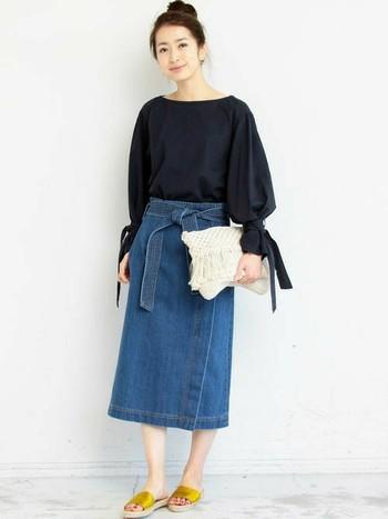 ボリュームのあるブラウスには、タイトめなスカートを合わせて、メリハリのある着こなしがおすすめ。柔らかさとタイトさが強調され、女性らしい着こなしを作ることができます。