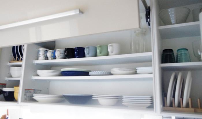 サチさんが意識しているというのが、「8割収納」です。特にこちらの吊り戸棚はお料理中に食器を取り出したりすることも多いため、ワンアクションで取り出すことができるように収納しているのだそう。