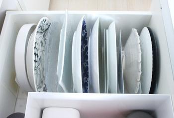 「無印良品」のスタンド仕切りを使って、大皿を収納。深い引き出しは意外と使いこなせないことが多いですよね。もし持て余していたら、大皿を立てて収納するのにおすすめです。