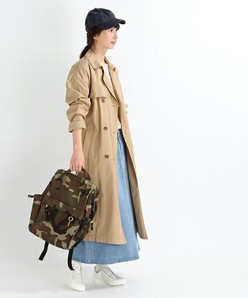 袖が長めに作られたトレンチコートは、無造作にロールアップ。デニムのスカートや迷彩柄のリュックなど、スポーティなアイテムと合わせてもトレンチコートを羽織ることで、きちんと感が生まれます。