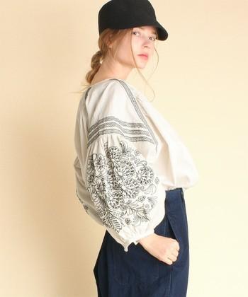 ふんわりと膨らんだボリューム感のある袖に刺繍が施された、主役級の袖コンブラウス。甘めのブラウスですが、エスニック調の刺繍をプラスすることで、程良く女性らしさをプラスできます。